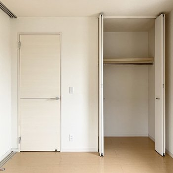 【南側洋室】洋服を掛けて収納できます。