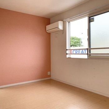 【北側洋室】ピンクのクロスがとっても素敵。