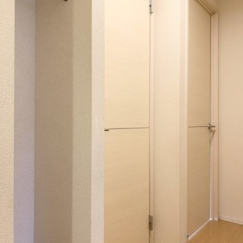 廊下にもちょっとした収納スペースがあります。コートなどを掛けるのに重宝しそう。