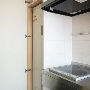 こちらには温水器が収納されています。