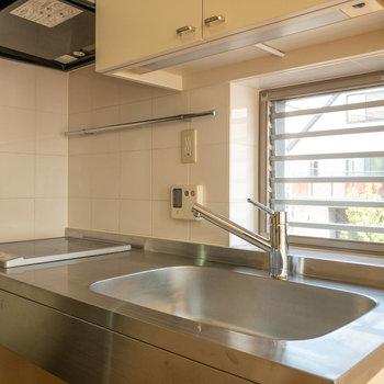 キッチンは2口IHコンロ。シンクプレートがあるとより調理スペースを確保できます。