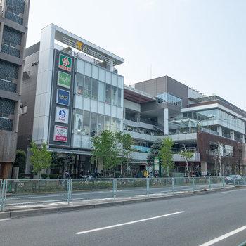 落合南長崎駅のa2出口。目の前にはスーパーなどが入った商業施設があります。