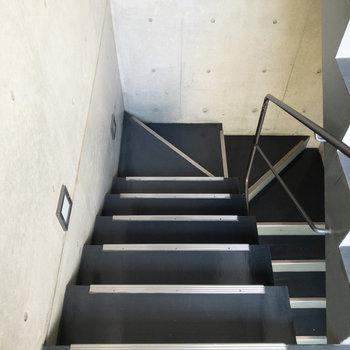 2階までは階段で。手すりがあるので安心です。