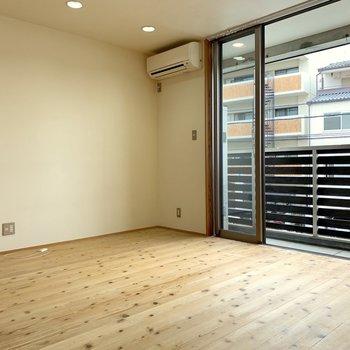照明が天井に埋め込まれているので、すっきりお部屋を見せてくれます。
