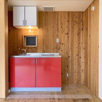 赤いキッチンの横には冷蔵庫スペースも確保されてます。