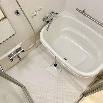 丸型の湯船の浴槽の扉はガラスになっているので圧迫感を感じません。