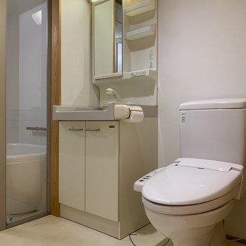 洗面台とトイレはお隣同士。