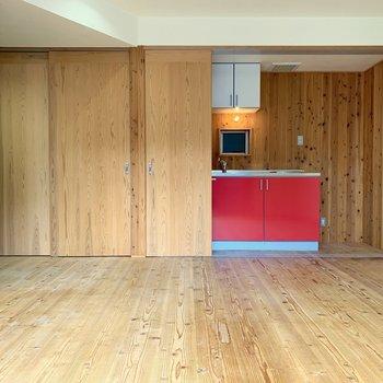キッチンを隠せる扉があるのは珍しい!閉めるとすっきりした空間に。