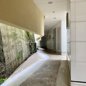 共用部】お部屋までは長い廊下を進んでいきます。
