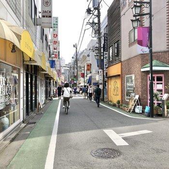 自由が丘駅までの道のりには様々なお店が立ち並んでいました。