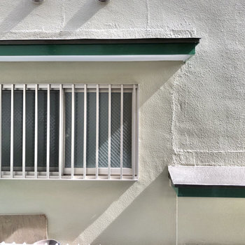 キッチン側の窓からも住宅が見えました。