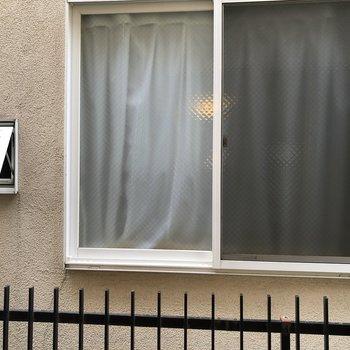 洋室側の窓からは目の間に住宅が見えます。
