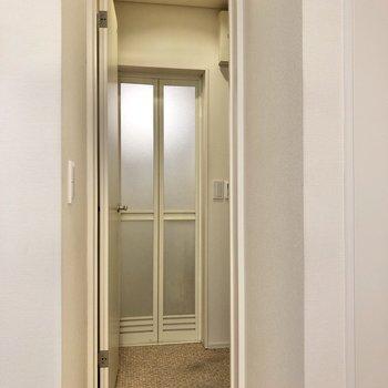 洋室の奥からサニタリルームへ。※写真はクリーニング前のものです