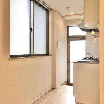 キッチンの向かいにも大きな窓があります。