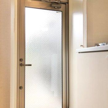 玄関からの人影が気になる時はカーテンを掛けておくといいですね。