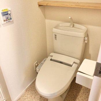 お風呂手前にトイレがあります。
