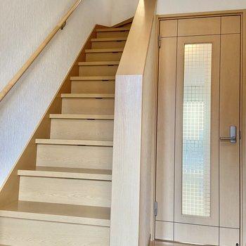 2階へはこの階段を上がって行きます。