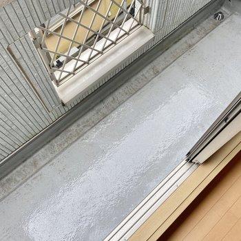 【2階ベランダ】洗濯物を干すには十分な広さ。