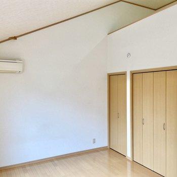 【洋室8.75帖】天井が屋根の形になっていてなんだかログハウスみたいでウキウキしますね。