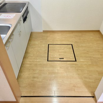 【LDK】キッチンスペースも広々。調理家電用のラックやワゴンがあると便利です。