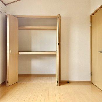 【洋室6帖】こちらの収納も奥行がありますよ。