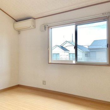 【洋室6帖】こちらのお部屋はシンプル。