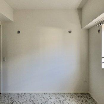 次はキッチン横から出入り可能の5.4帖の洋室。