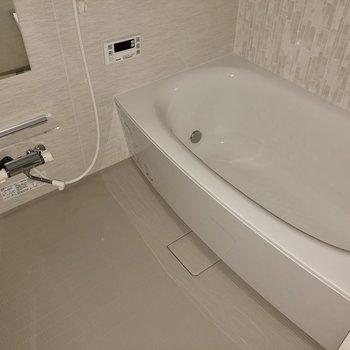 追焚き・浴室乾燥機付きバスルーム。(※写真はフラッシュ撮影のものです)