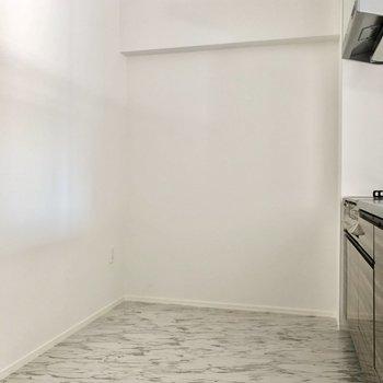 キッチンは広さ&奥行しっかりあります。冷蔵庫や棚など後ろに置けそう!