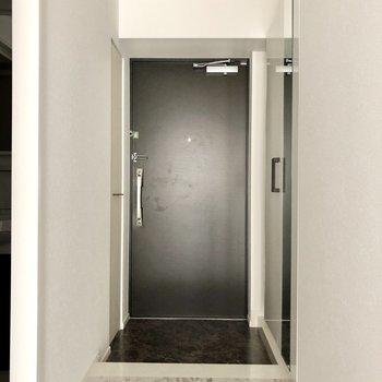 玄関はシックに。廊下までも大理石です。