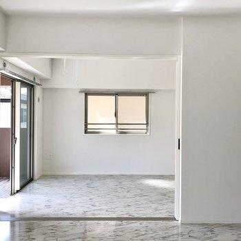 隣の洋室とは扉で空間をわけれるようになってます!オープンでゆったり空間を使っても◎