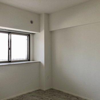 最後は玄関側の5.5帖の洋室。窓あけると共用廊下です。