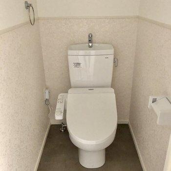 淡いクロスがかわいいトイレ。もちろんウォシュレット付き!