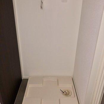 反対側に洗濯機置き場です。(※写真はフラッシュ撮影のものです)