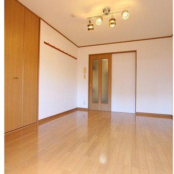 【居室】ブラウンカラーの落ち着いた内装です