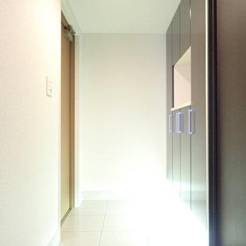 玄関には間接照明があります。