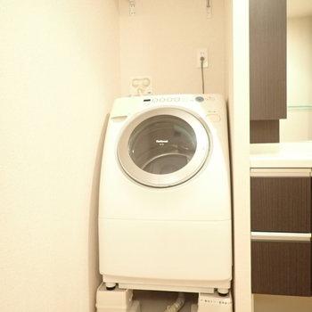 お風呂を出ると、洗濯機。