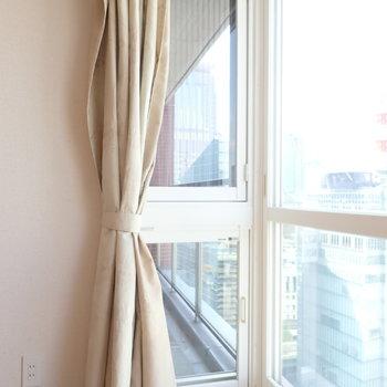 洋室①】換気するときはこちらの小窓で。洋室の大きな窓は開かないようになっていました。