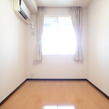 洋室②】小さな窓になりました。でも眺めは一緒。同じく小さなベランダがこの洋室にはあります。
