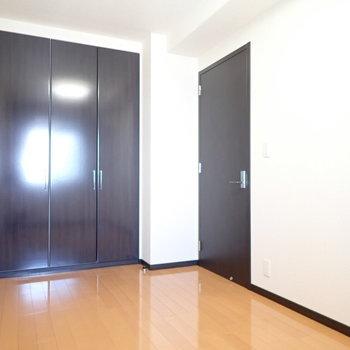 洋室②】約5.6帖と、いちばん小さなお部屋になります。
