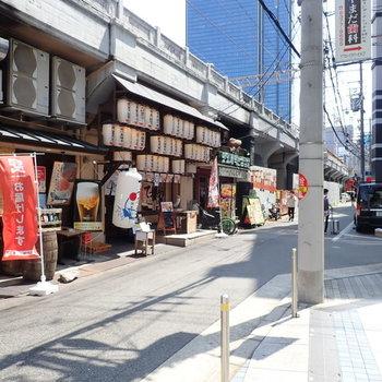 中崎町側には線路です。くぐって行けば大阪屈指のオシャレエリアへ…。