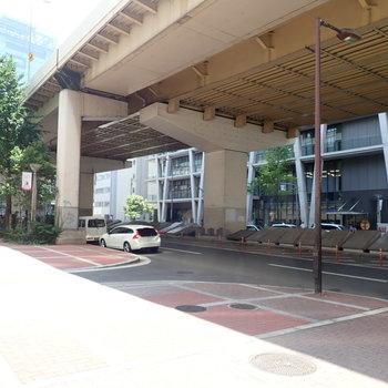 梅田側は、高架がすぐそばにあります。くぐって行けば梅田駅です。