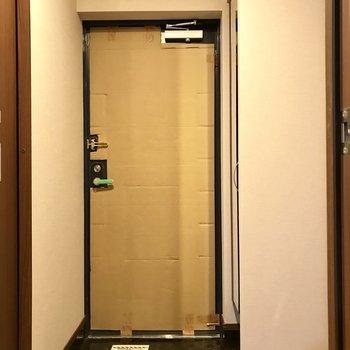 玄関もすっきりと(※写真は2階の反転間取り別部屋、工事中のものです)