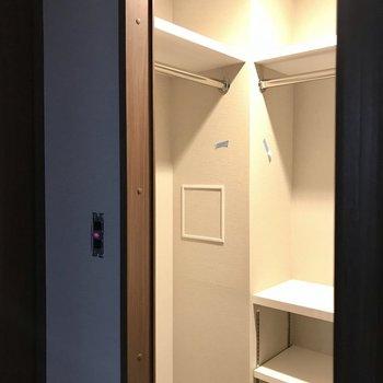 左側にスーツかな(※写真は2階の反転間取り別部屋、工事中のものです)