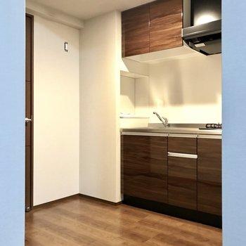 キッチンは手前に!においが広がりにくいうれしい配置♩(※写真は2階の反転間取り別部屋、工事中のものです)