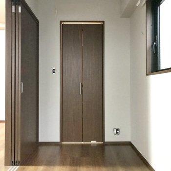 あの扉の奥は・・・(※写真は2階の反転間取り別部屋、工事中のものです)