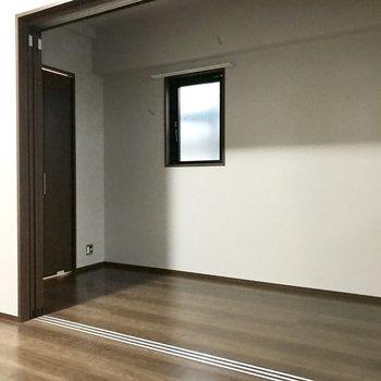 ちょっぴりコンパクトですが角部屋です(※写真は2階の反転間取り別部屋、工事中のものです)