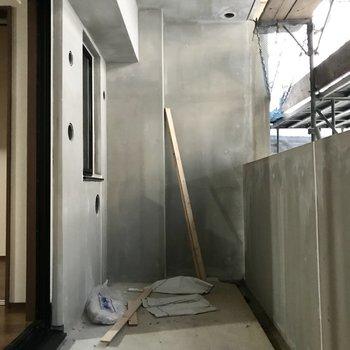 バルコニーもゆったりめな予感(※写真は2階の反転間取り別部屋、工事中のものです)
