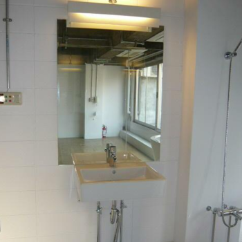 洗面は無駄なく、鏡は大きく