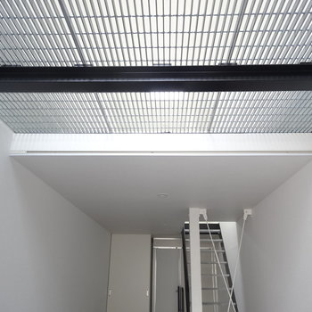 【1F】玄関入って見上げると、2階から光が入ります※写真は前回募集時のものです。